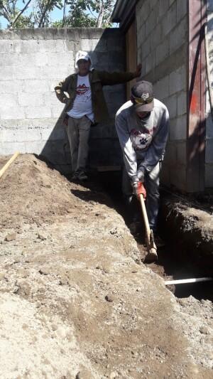 ietsie pietsie bij hakken en graven anders past het beton ijzer er niet in