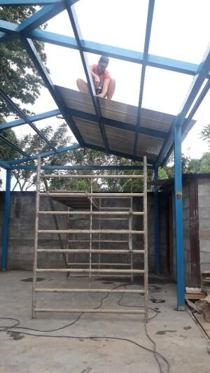 Adwin en de boys aan het dakplaten leggen