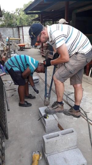 voorafgaande staal knippen met zijn maat Angelo