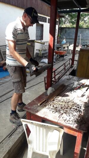 deze ijzer vreter varieert is krullen aan het zetten ter decoratie van het hekwerk bij de kozijnen