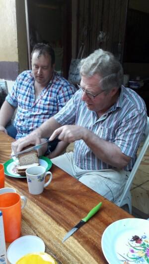 de oudste van dit samengestelde gezin snijd het brood iedere dag.... :)