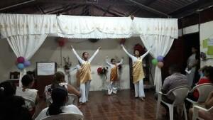 dankdienst met dansjes opgevoerd uit dankbaarheid aan God
